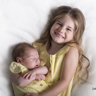 újszülött fotózás testvérrel