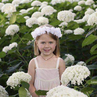 szabadtéri gyerek fotózás virágokkal
