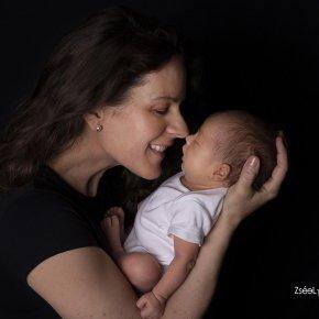 Újszülött fotózás családi képekkel