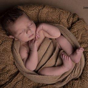 Újszülött kisfiú fotózás egyedi kellékekkel