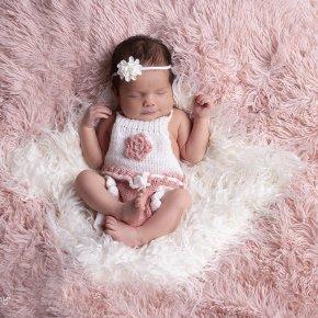 Újszülött fotózás gyönyörű kiegészítőkkel