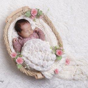 Újszülött fotózás gyönyörű kellékekkel