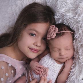 Újszülött fotózás testvérrel és családi fotókkal