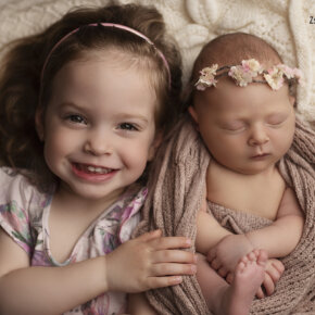 Újszülött baba fotózás testvérrel
